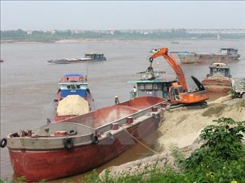 """Công an Hà Nội bắt giữ 5 tàu và 10 """"cát tặc"""" trên sông Hồng"""