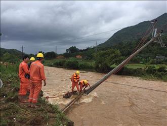 EVNNPC nỗ lực cấp lại điện cho khách hàng sau bão