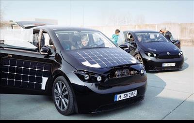 Xe ô tô lắp 330 tấm pin năng lượng mặt trời tại Đức