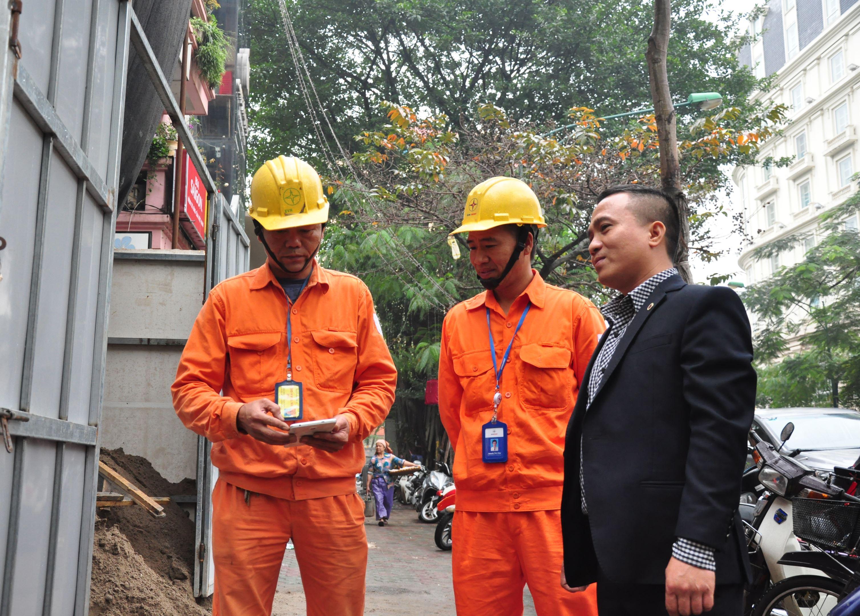 EVNHANOI tăng cường công tác kiểm tra an toàn lưới điện, phòng chống cháy nổ trong dịp Tết