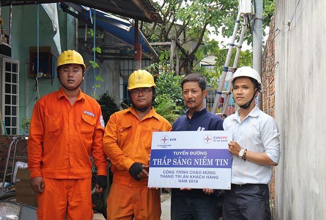 PC Đà Nẵng lắp đặt hệ thống điện miễn phí cho người nghèo