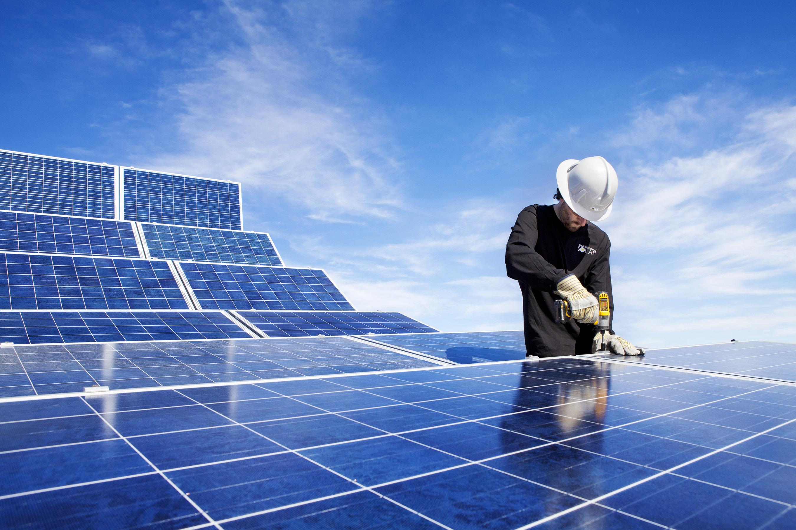 PC Quảng Ninh lắp đặt 15 bộ pin năng lượng mặt trời ở đảo Trần